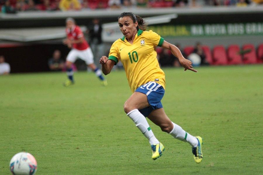 A atacante Marta é escolhida como a nova embaixadora da ONU Mulheres.  O cargo possibilita à jogadora trabalhar pela da igualdade de gênero no esporte e fora dele.  Marta é a maior artilheira da história do Mundial feminino e recebeu 5 vezes o prêmio de melhor jogadora do mundo.