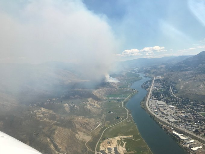 #BCWildfire Service has 49 firefighters, airtankers, 1 heli, and fire investigators responding to the Shuswap Road area fire, E side of Kamloops. Estimated at 20 ha., no structures immediately threatened right now. Winds pushing smoke into Kamloops, fire is visible from Hwy 1 Photo