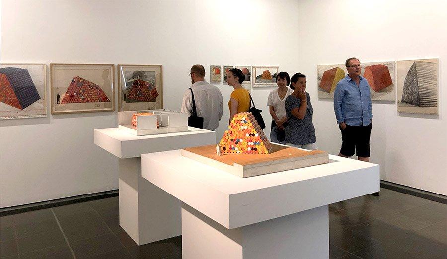 正直、作品に出会うとポカーンとならざるをえないのだが、クリスト&ジャン・クロードの作品の魅力はなんといってもプロジェクトの遂行プロセスそのものにある。同じくハイドパーク内にあるサーペンタイン美術館のドローイングや模型の展示は劇萌え。