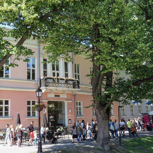 Turku is always a good idea  Aurajoen rannalla. On the Aurajoki river. #turku #åbo #mycity #river #aurajoki #citypic #katukuva #läntinenrantakatu #ekblom #restaurant #ravintola #pink house #talo #visitturku #hometown #bloggaaja #kotikaupunki #tuulas… https://ift.tt/2KBGyWppic.twitter.com/9GJFXybAQC