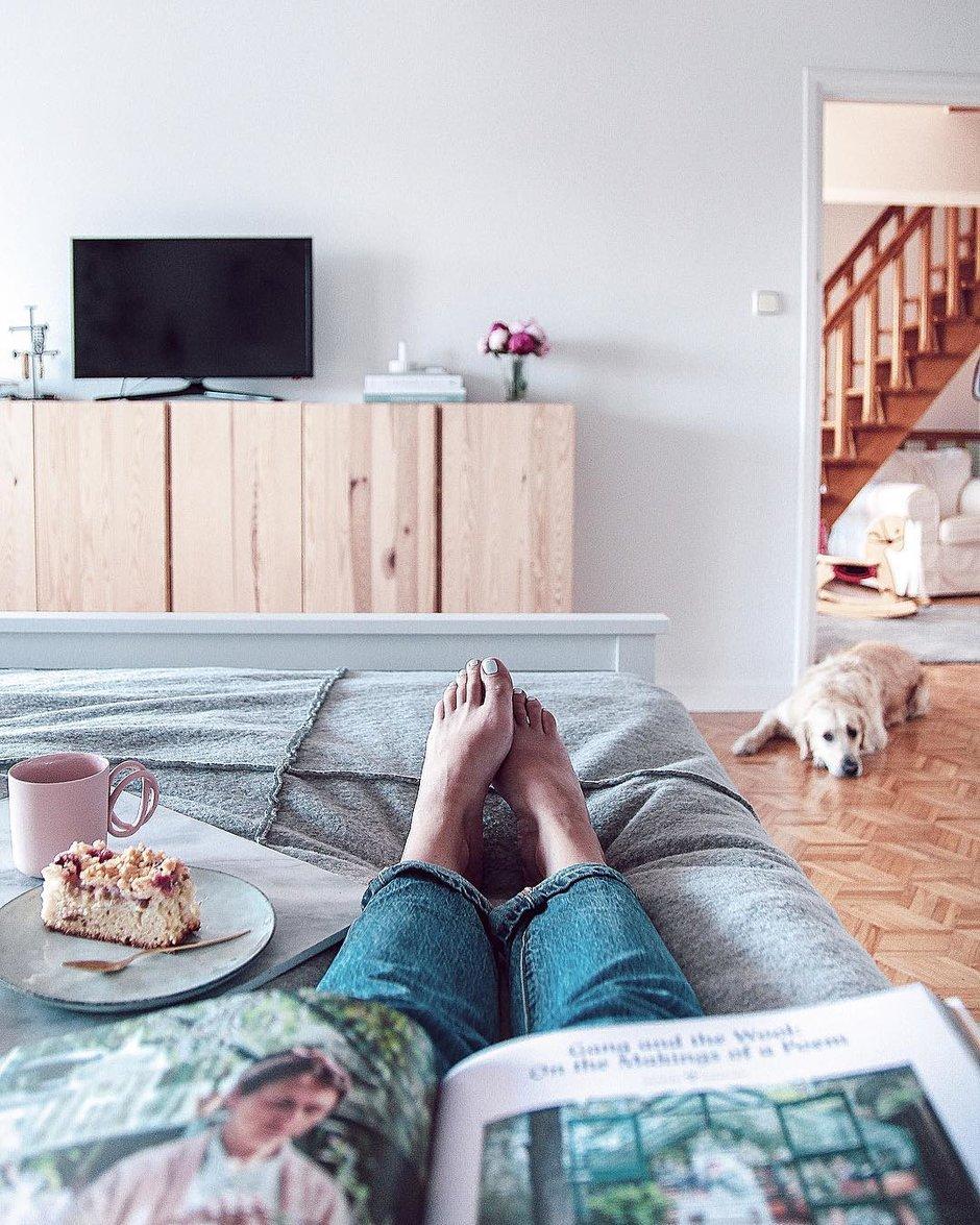 девушка огромными картинка ноги и телевизор используют стеклянную