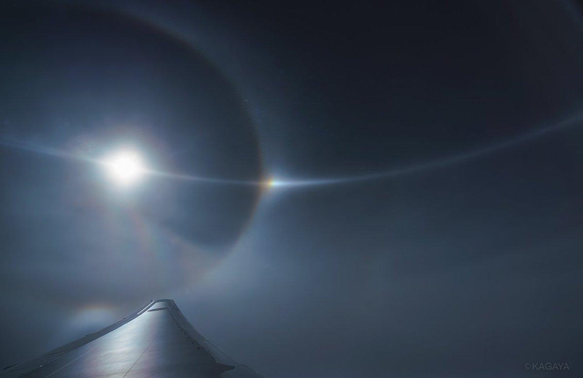 今日のフライト(沖縄→東京)にて撮影。 1、太陽を取り囲む暈、幻日(写真中央の光)、太陽と幻日を貫く幻日環。 2、夏の雲と富士山。 わたしがこれまで見た中で一番はっきりした幻日環でした。幻日は眩しいほどで驚きました。