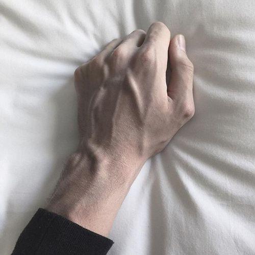 пары парни с худыми пальцами чаще