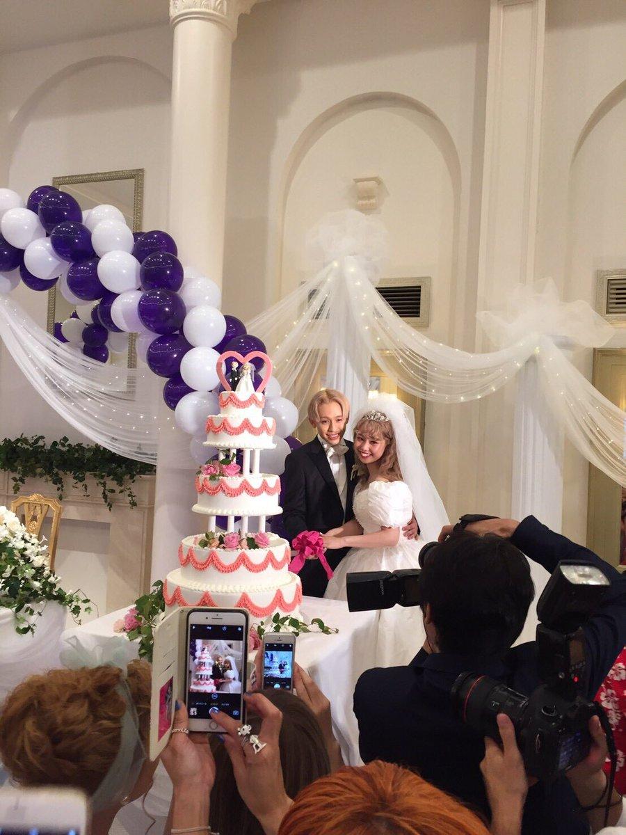 ケーキ入刀の二人