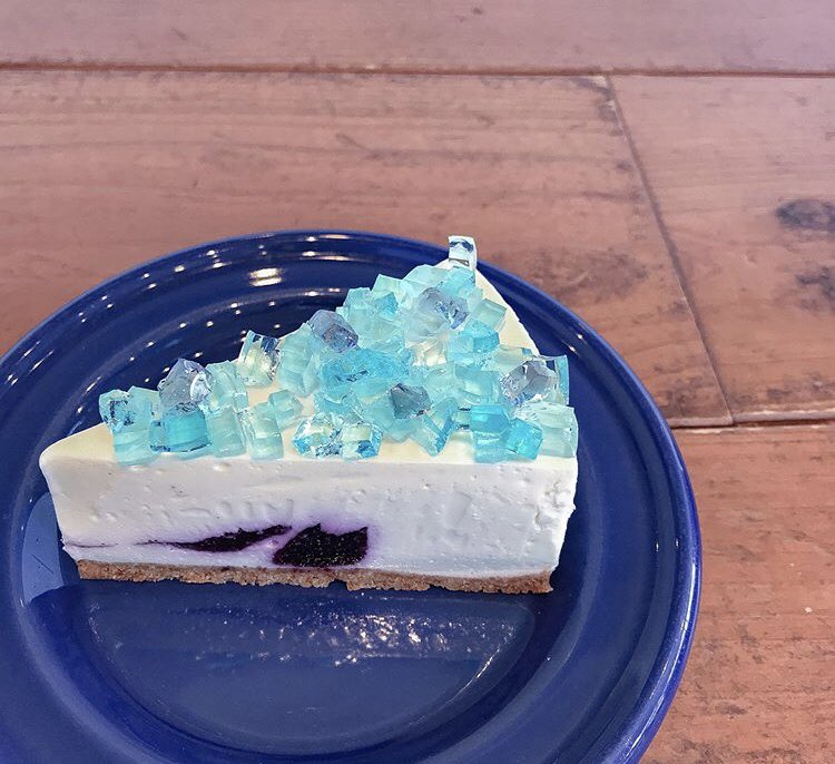 宮城県仙台にある「喫茶ビジュゥ」で期間限定で食べられる、宝石のように輝くレアチーズケーキ『フロマージュ・クリュ・オルタンシア』✨