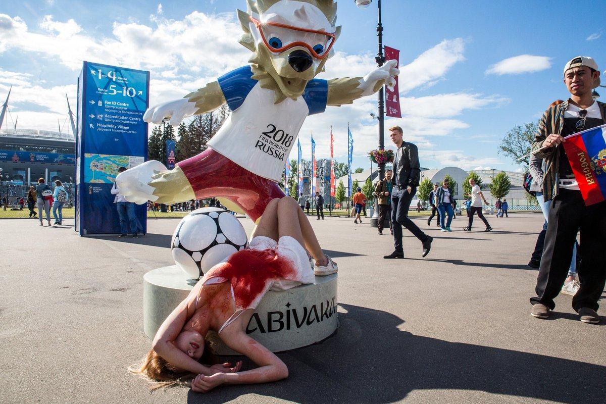 Четверых петербуржцев обвинили в мелком хулиганстве за фото с Забивакой в знак протеста против пыток