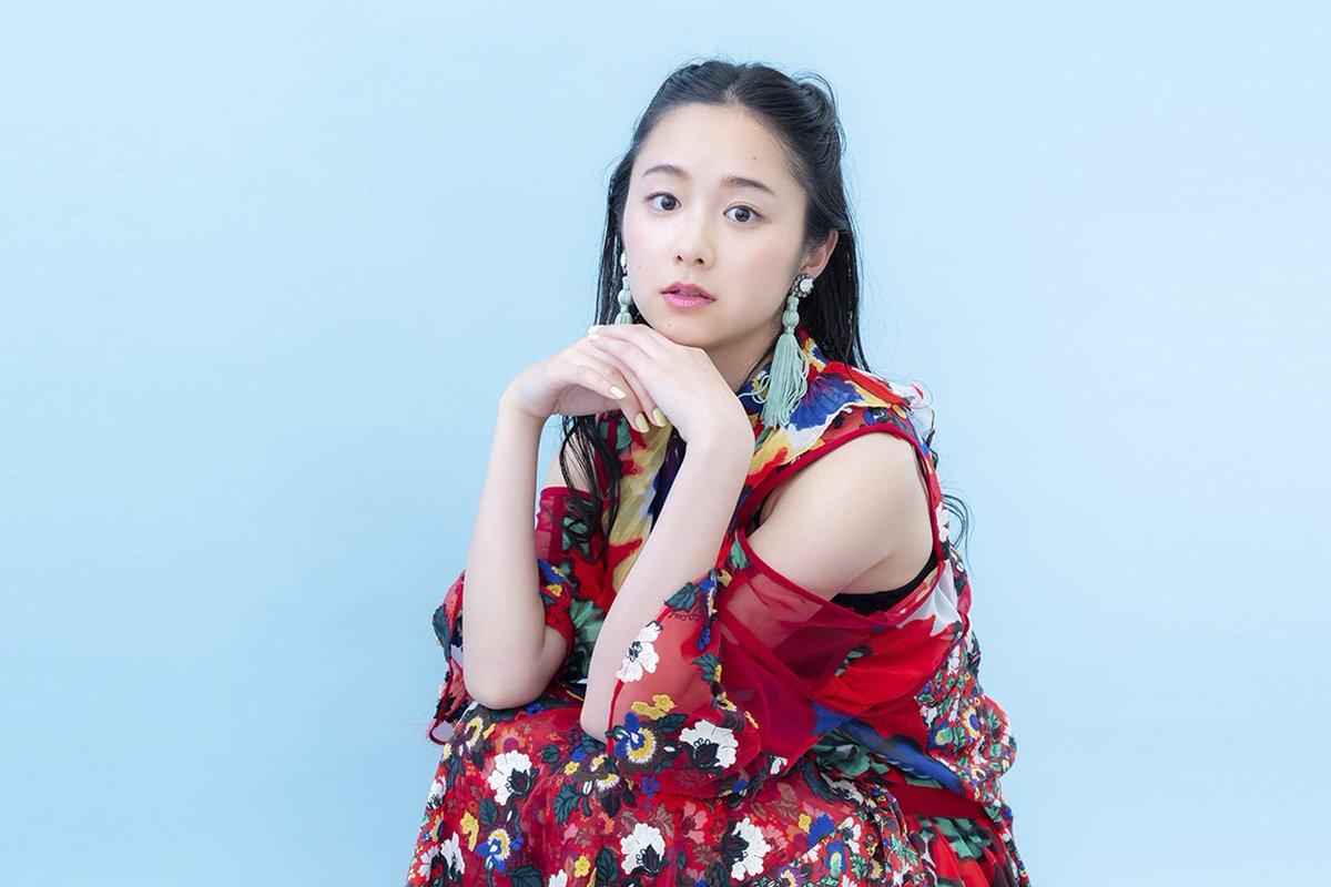 赤い服の堀田真由