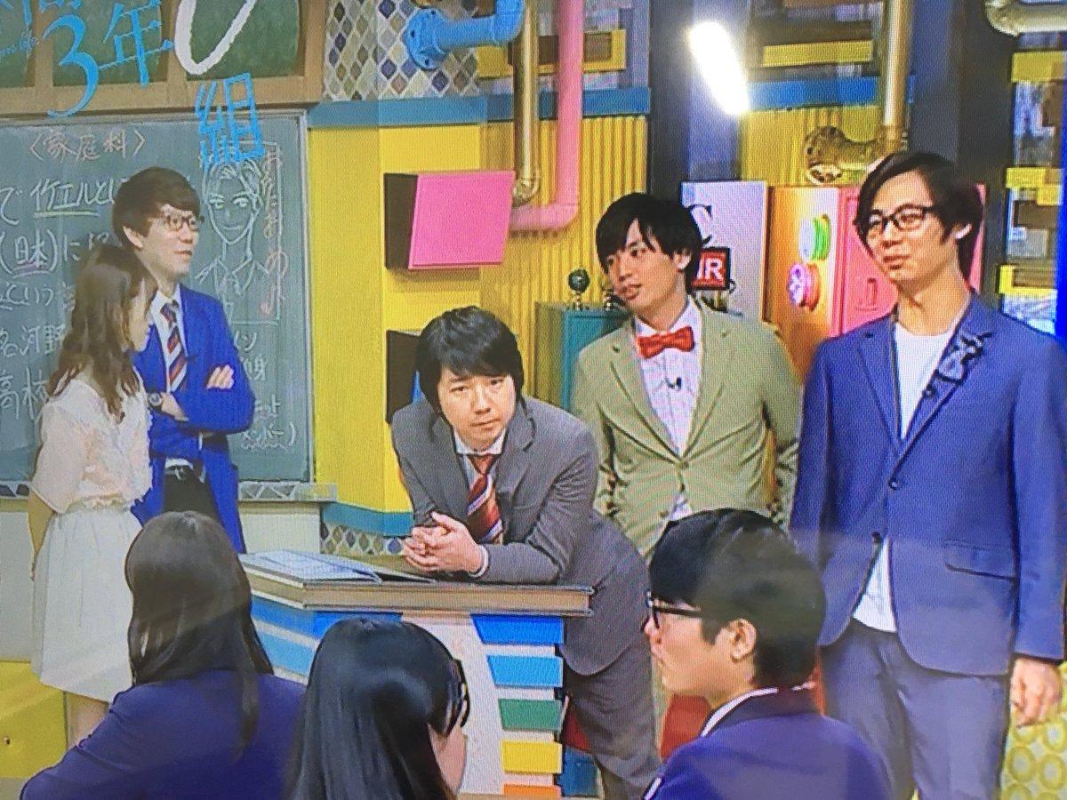 まもなく生放送  談笑するMC陣と、 眼光鋭く今日の回しを考えている相田。  #青春高校3年C組