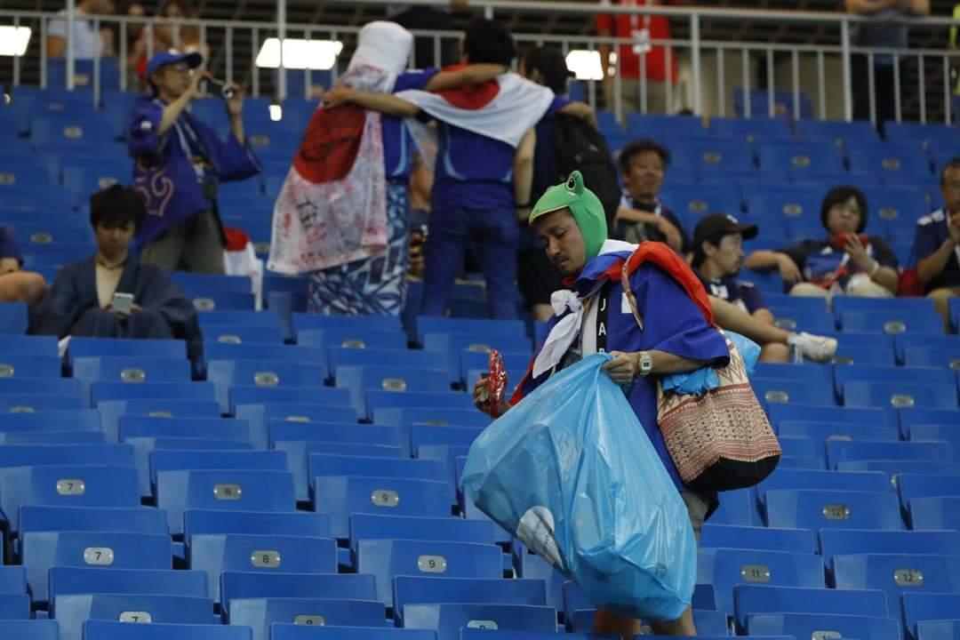 जापानियों ने साफ़ किया स्टेडियम