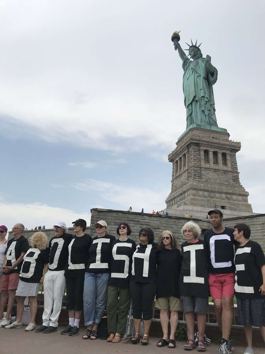 o-activista-americana-s-a-urcat-pe-statuia-libertatii-din-new-york