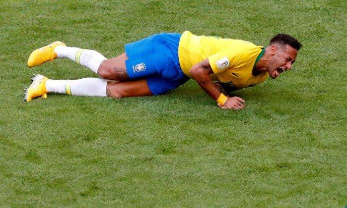 Neymar passou 14 minutos no chão nesta Copa do Mundo. https://t.co/RmPkE1siFS