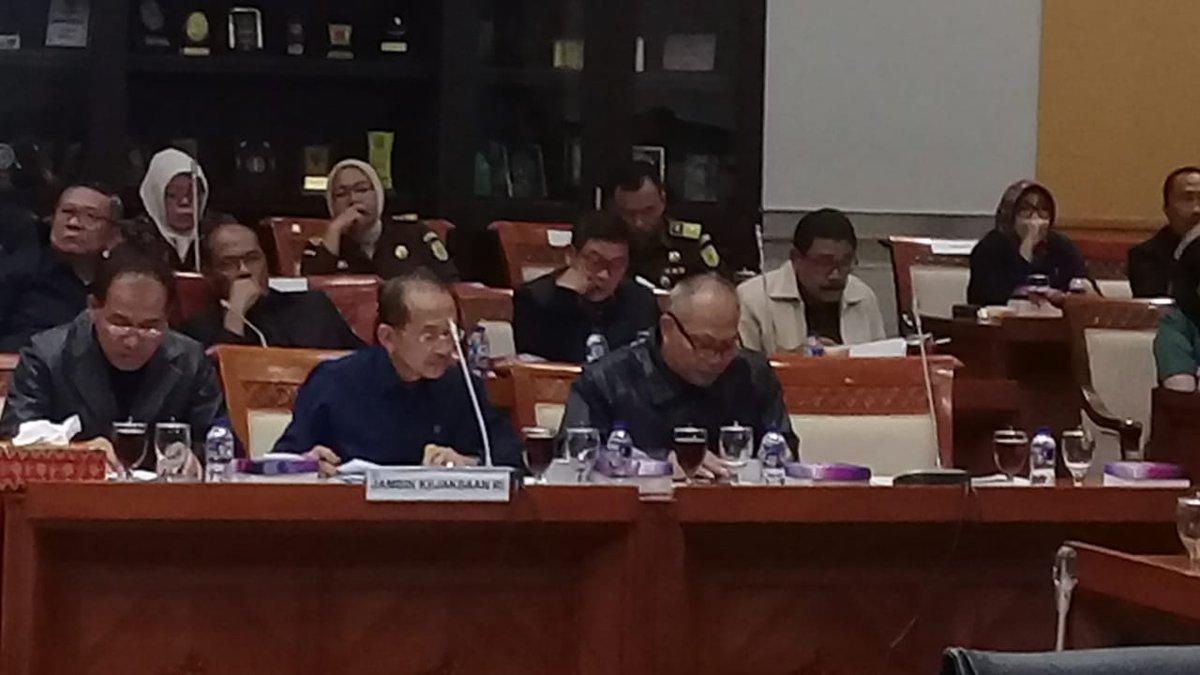 1. Sobat Adhyaksa, hari ini Jaksa Agung Muda Pembinaan, Bambang Waluyo menghadiri Rapat Kerja dgn Komisi III DPR RI yg membahas antara lain ttg realisasi anggaran tahun 2018 dan penjelasan permintaan penambahan anggaran.   #KejaksaanRIpic.twitter.com/11Pl6zHtOx