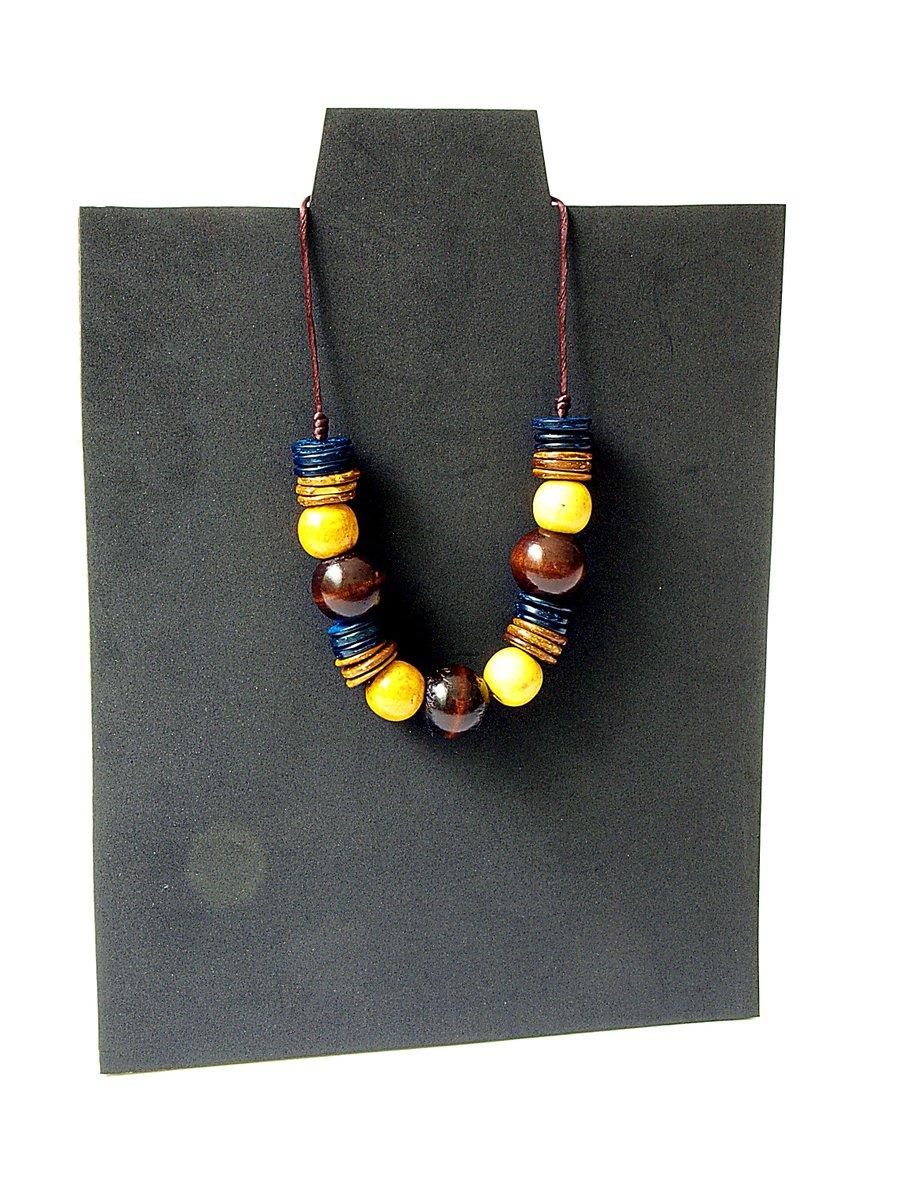 #Collar de abalorios de madera reciclados modelos únicos #upcycled #complementos #artesanos que encontrarás en nuestra #TiendaOnline #BolsosMonai #Handmade #gargantilla #Bisuteria #PymesUnidas bolsosmonai.es
