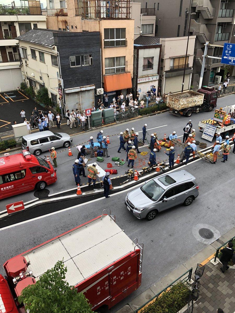 台東区谷中でマンホールで作業員体調不良の現場画像