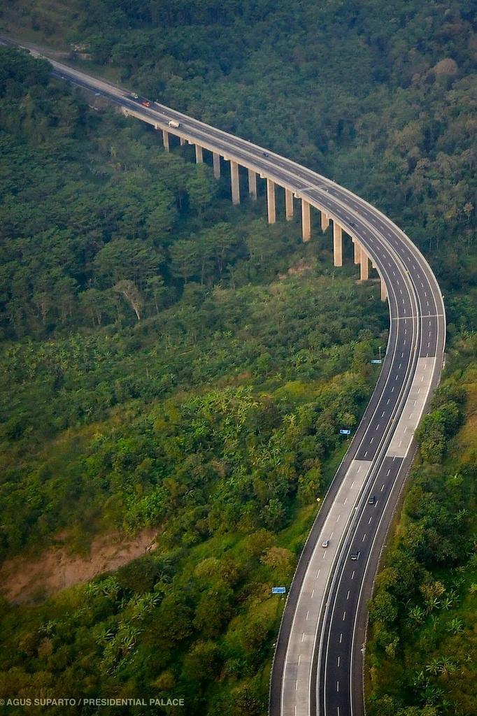 Pemandangan mengesankan Jembatan Tuntang di ruas tol Bawen-Salatiga dengan latar kawasan hutan dan Danau Rawa Pening, Semarang. Para pengendara yang melintas akan menikmati panorama alam yang indah.   Keberadaan tol mempercepat mobilitas dan mengurangi biaya logistik.