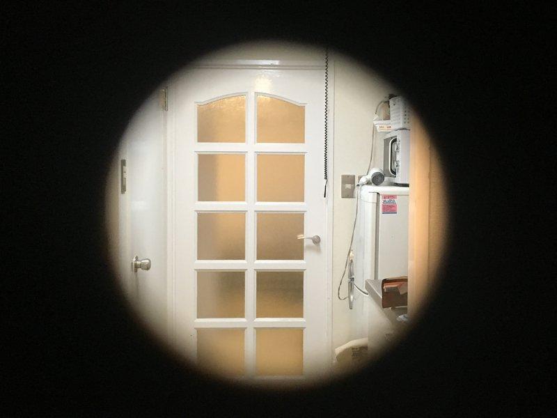 マンションのドアに付いてる覗き窓が取れてしまい、外から部屋の中を覗かれてしまう可能性があったため、万華鏡とフリー素材のインド人で応急処置をしました  4枚目は外から部屋の中を覗いた時の視界です