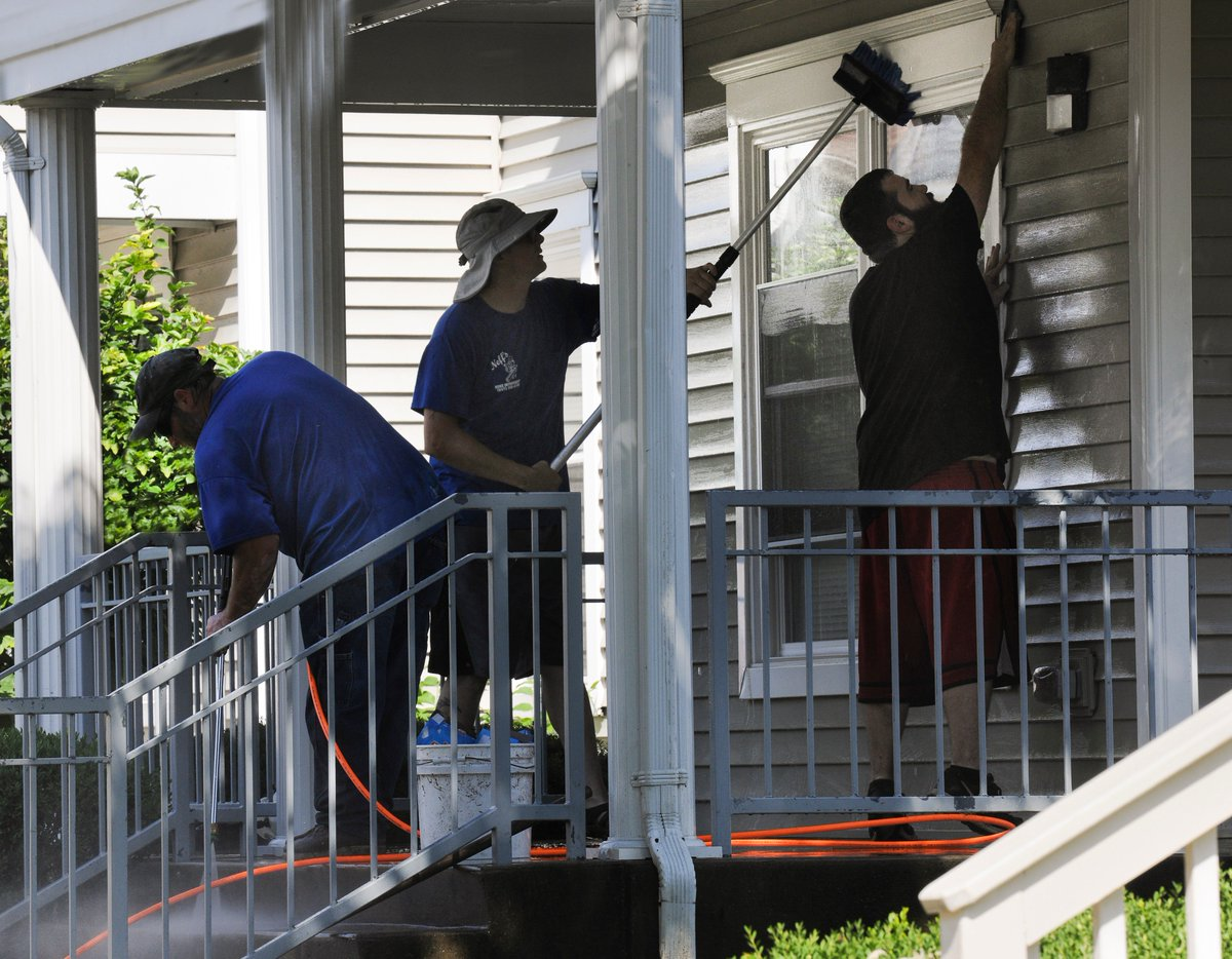 University Of Dayton Magazine On Twitter With Move In Weekend Right Around The Corner Neff S Home Improvement Of Dayton Braves The 90 Degree Temperatures To Prepare The Front Porch Of 437 Kiefaber