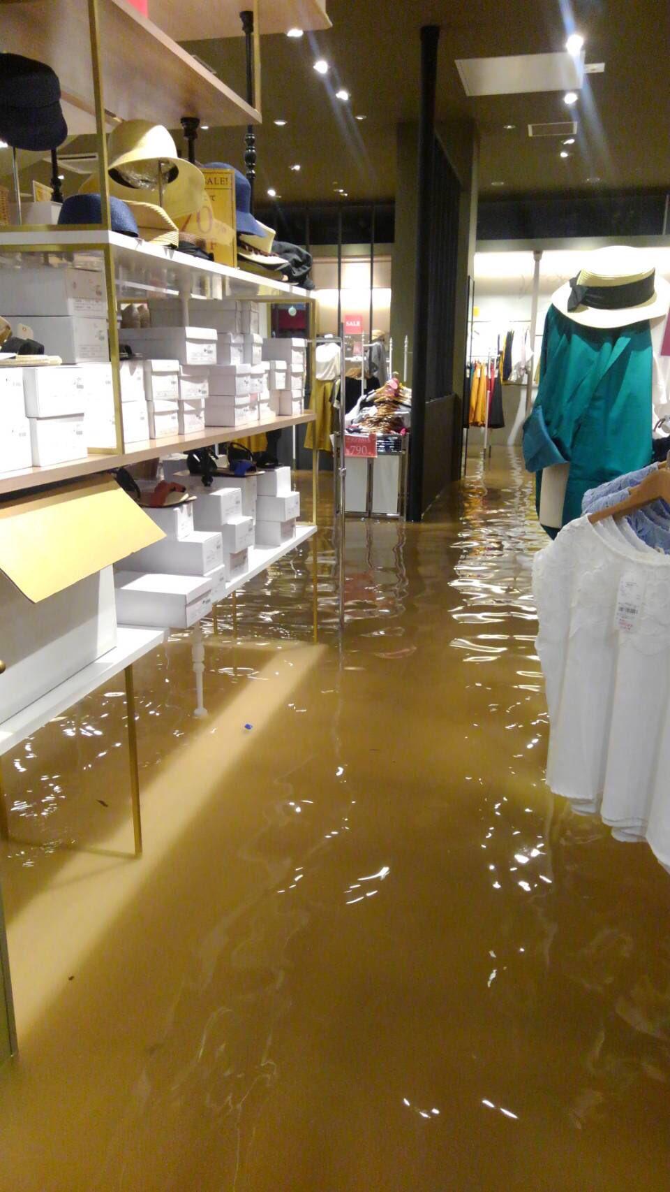 画像,お姉ちゃんから送られてきたけど小郡イオン浸水しとるらしい、、、これやばくない? https://t.co/E0bGGXxBHq…