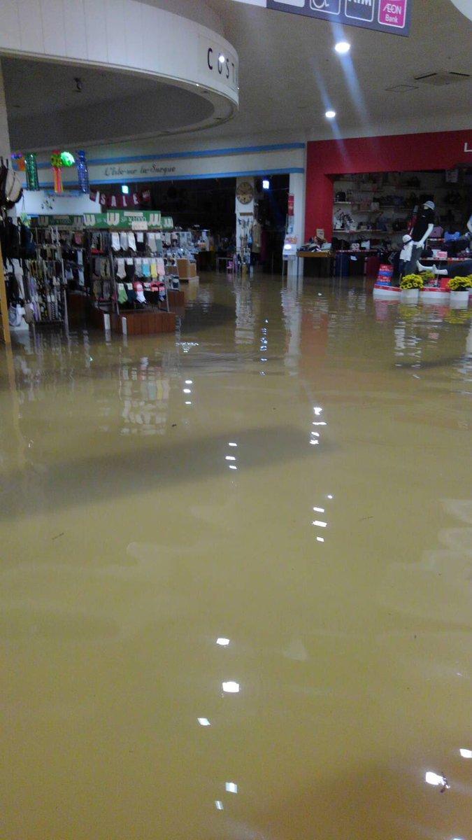 イオン小郡が水没して店内に雨水が浸水している現場の写真画像