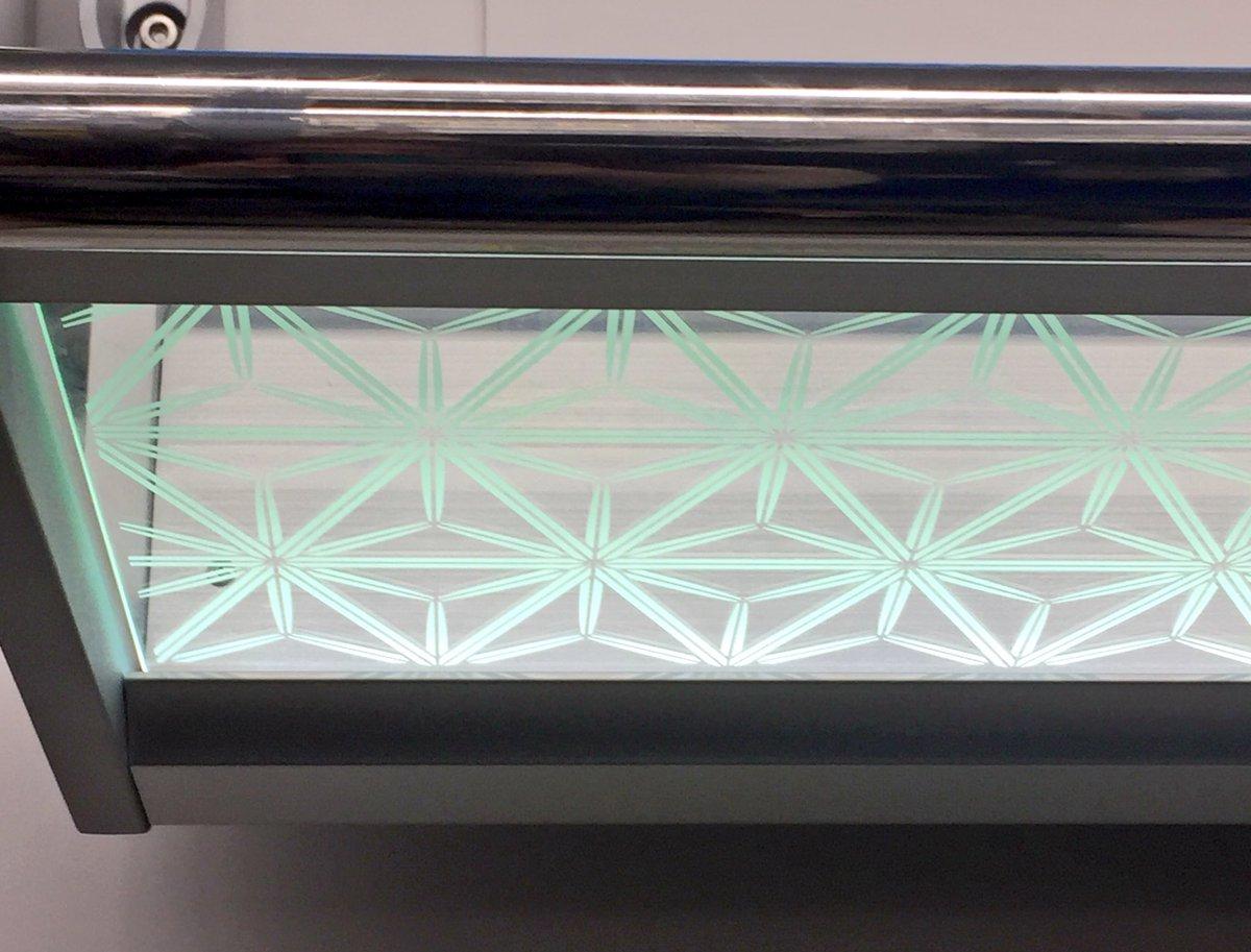 日比谷線の荷物置きが江戸切子柄になってる(ง˙ω˙)ว LEDかなんかで光っててすごく綺麗