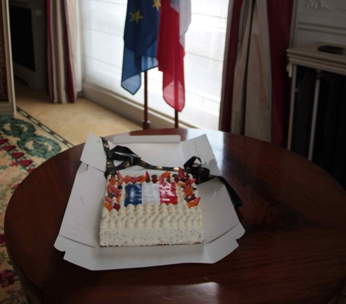 Many thanks to @MO_LONDON, who gave us this beautiful cake to celebrate #BastilleDay. Looking forward to devouring it! Photo