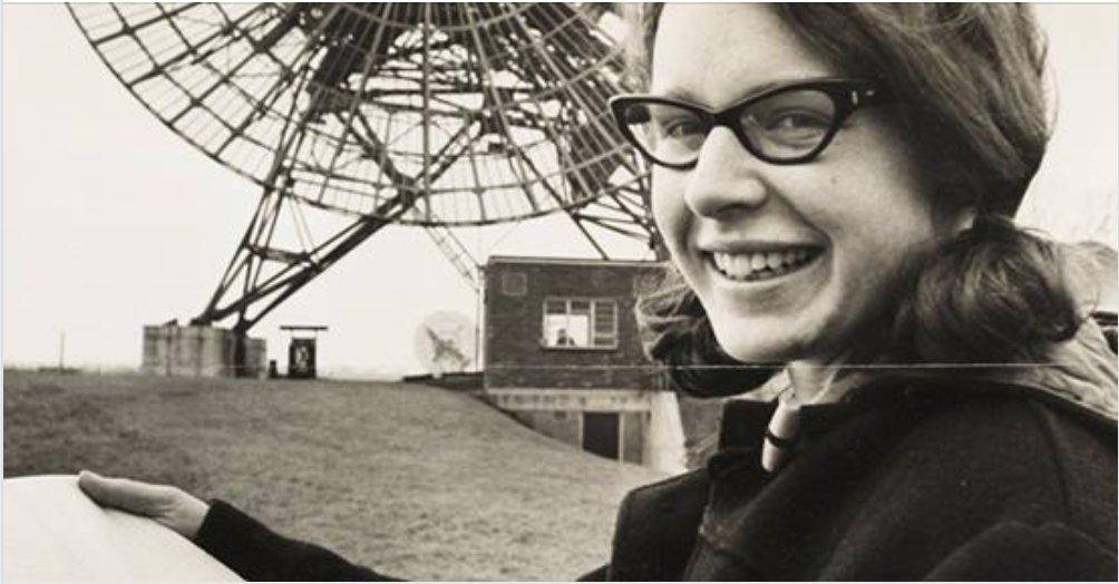 Hoy cumple 75 años Jocelyn Bell, que descubrió los púlsares mientras hacía la tesis doctoral. Su trabajo valió un Nobel, pero no para ella (fue para su supervisor). En su caso no hubo discriminación de género, insiste siempre la astrónoma norirlandesa. https://t.co/Qbjw8LrRTb