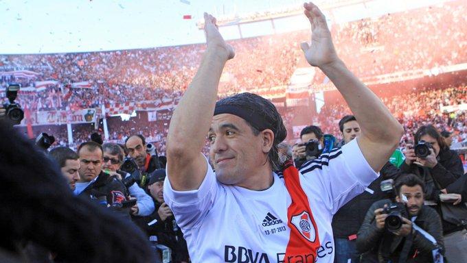 #Efemérides ⚪️🔴⚪️ 🔙 Hace cinco años, un ídolo de River daba su última función en el Monumental: se jugaba el partido despedida de Ariel Ortega. ¡Gracias, Burrito! Foto