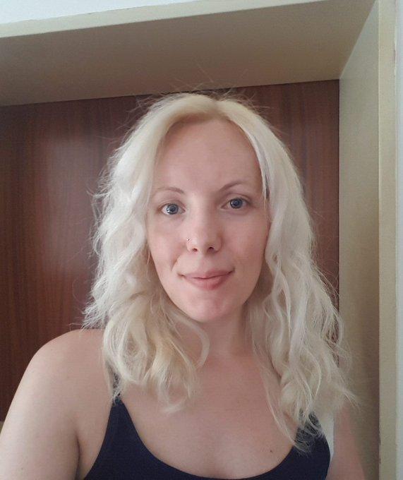 Heute war mal wieder Friseur angesagt 😊 sorry, mehr lächeln ist grad nicht drin. Hab soo Schmerzen in der Schulter wie lange nicht mehr 😭 Foto