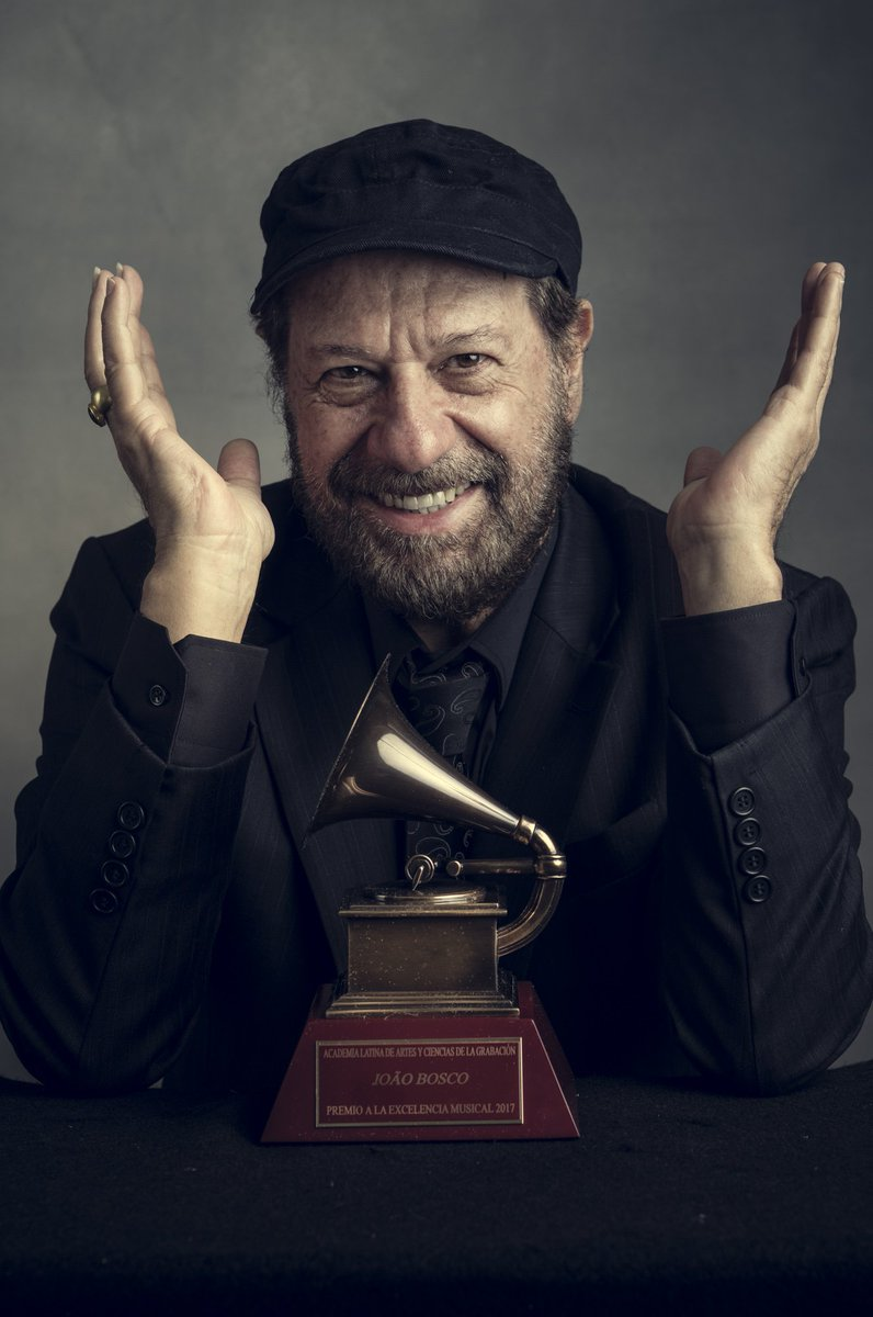 Parabéns ao nosso amigo João Bosco pelo seu aniversário! Prêmio à Excelência Musical 2017. RT para parabenizá-lo 🎂 📷 @omarcruz