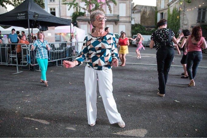 Le festival de Couthures vu par le photographe @camillerand : dancefloor, place de la Calle, lors de la soirée d'inauguration, jeudi 12 juillet #festjournalisme Photo