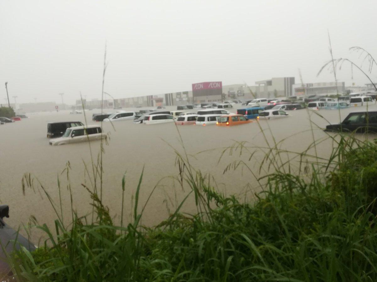 イオン小郡の駐車場が冠水して車が水没している写真画像