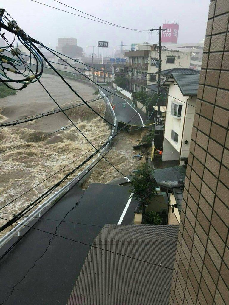 筑紫野市の道路が陥没している画像