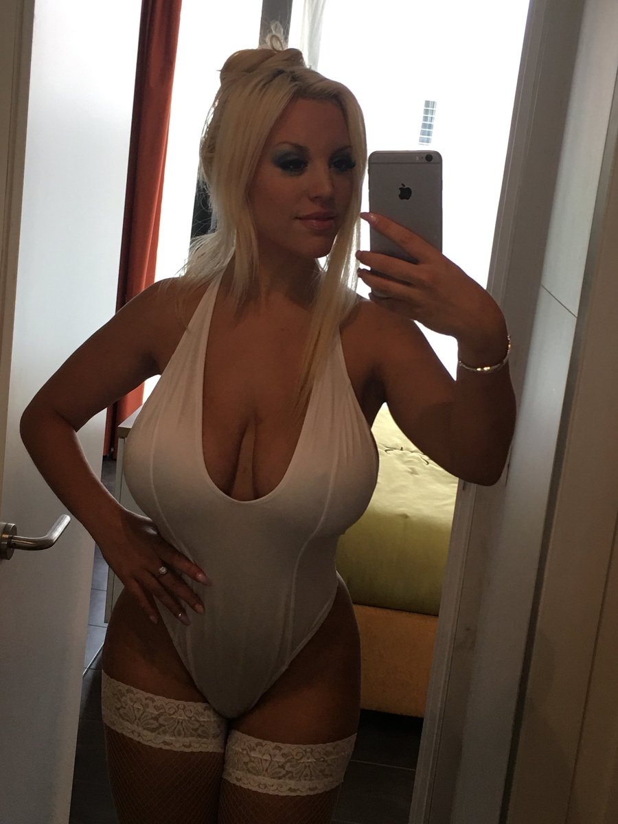"""Blondie Fesser🐰💖 on Twitter: """"The sexy Holli Would taking a selfie! See  more here 👉🏼 https://t.co/na0ifmeKiS… """""""