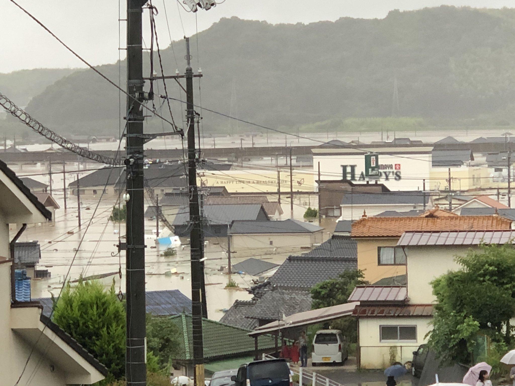 画像,岡山県倉敷市真備町の現状です。昨日、神奈川から帰省し、買い物をしたスーパーが看板だけを残して沈んでいます。幸い私の家は丘の上で、家族みんな無事です。友達からの情…
