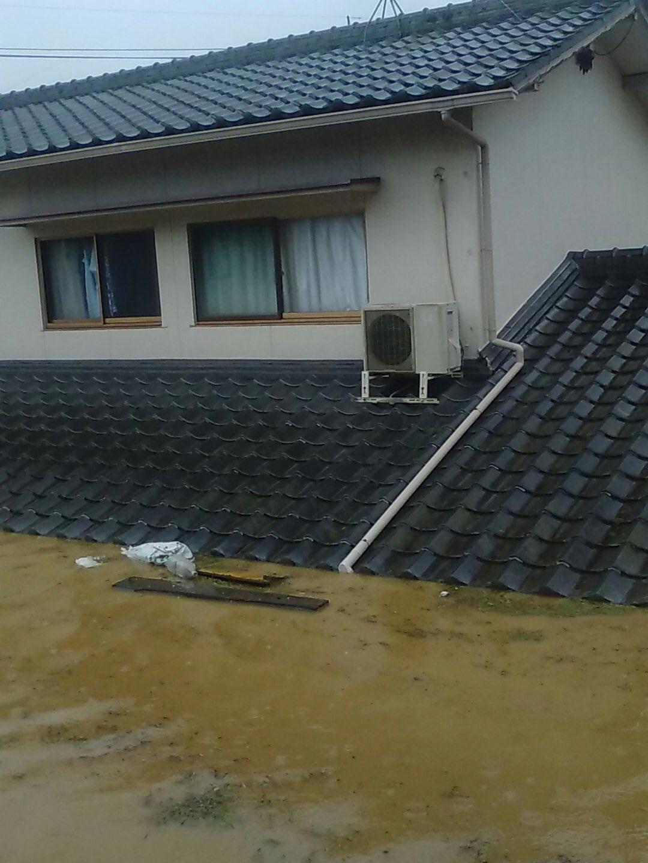画像,岡山県倉敷市真備町尾崎の西郵便局隣で救助要請されてる方の写真。河川氾濫による、7分差でこの水位の上昇はどうしたらええんや……。#救助要請 https://t.c…