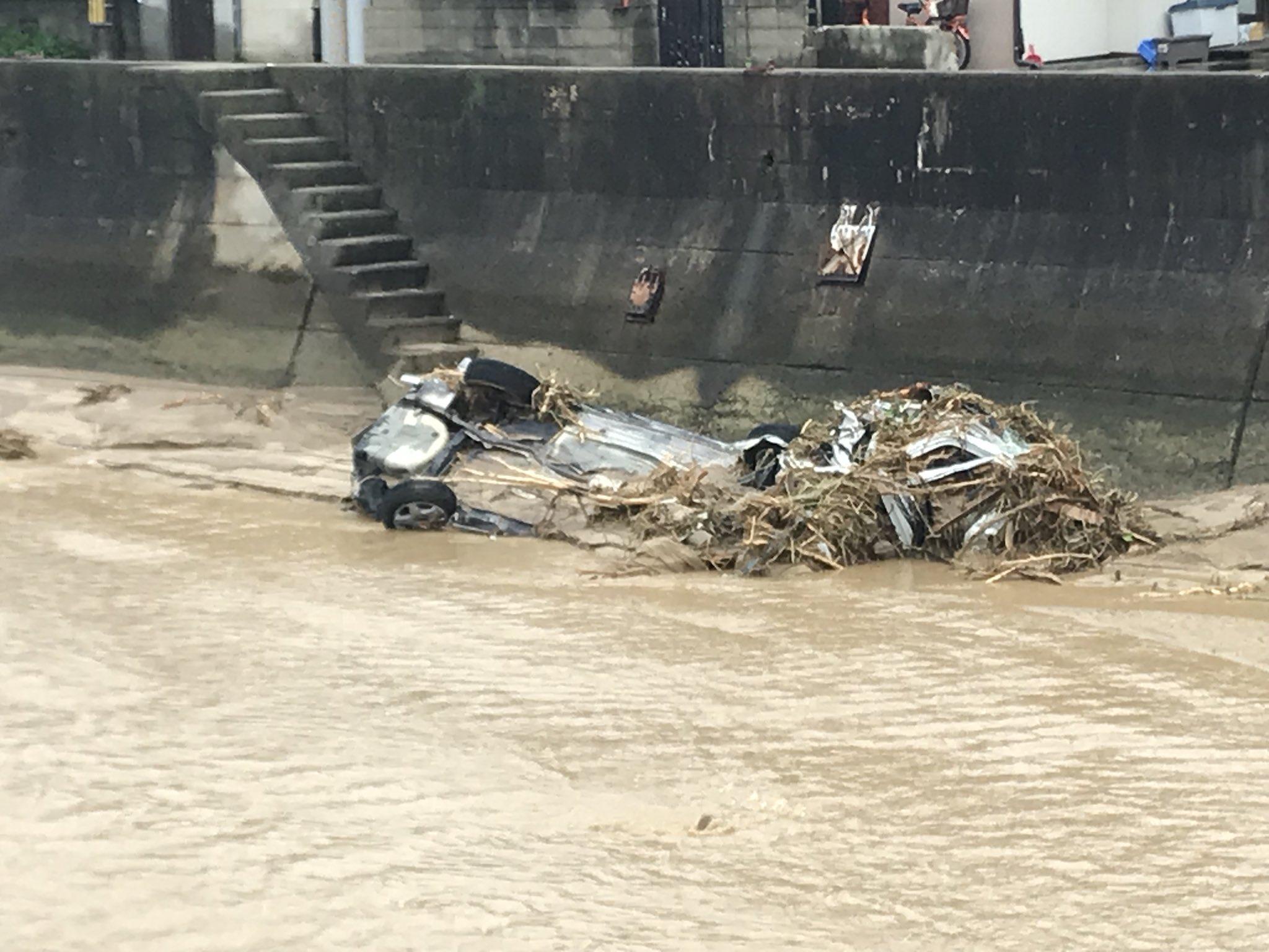画像,買い物ついでに近くの川に行ってみたら、(今報道されてる)上流から流されて来たであろう車の残骸が2、3台…Σ('◉⌓◉')河川敷付近で干潮だからか、この…