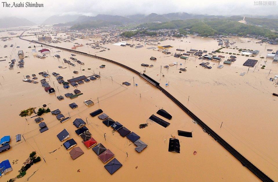 画像,https://t.co/q8WI2MWjPM 【大雨】午前8時51分に上空から撮影した岡山県倉敷市真備町箭田付近です。住宅の屋根付近まで水につかっています。(…