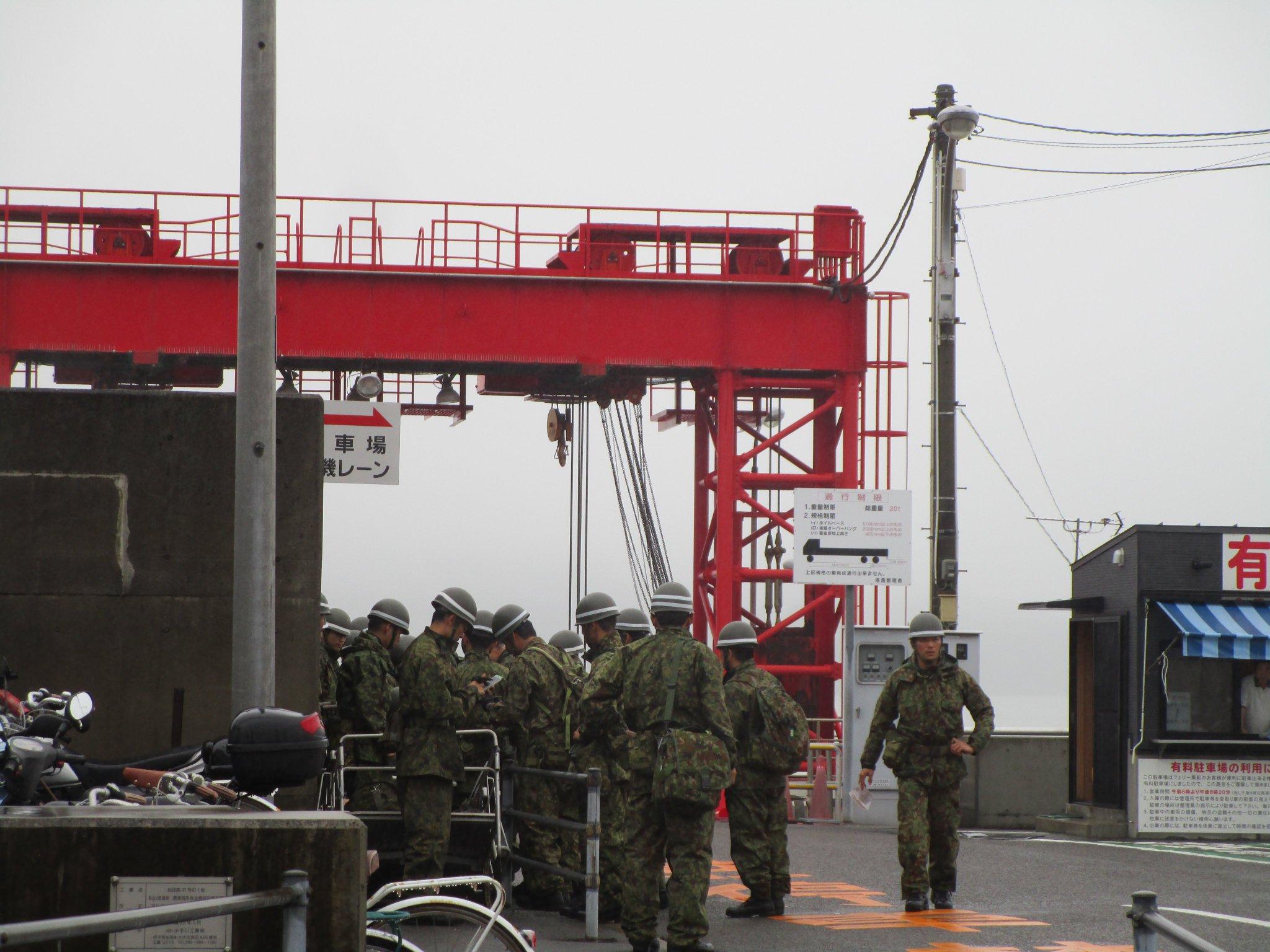 画像,本日午前11時過ぎに撮影。高浜桟橋(愛媛県松山市)に自衛隊の隊員さんたちが集まっていました。松山沖忽那諸島の怒和島で裏山崩壊による家屋倒壊で行方不明者が出ていま…