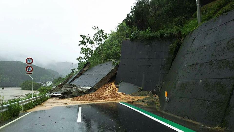 画像,地元が...道もこのような状況で交通手段もなく救助に行きたくても行けない状況だそうです!!助けてください!!#愛媛県 #西予市 #野村町 #自衛隊 #災害派遣 …