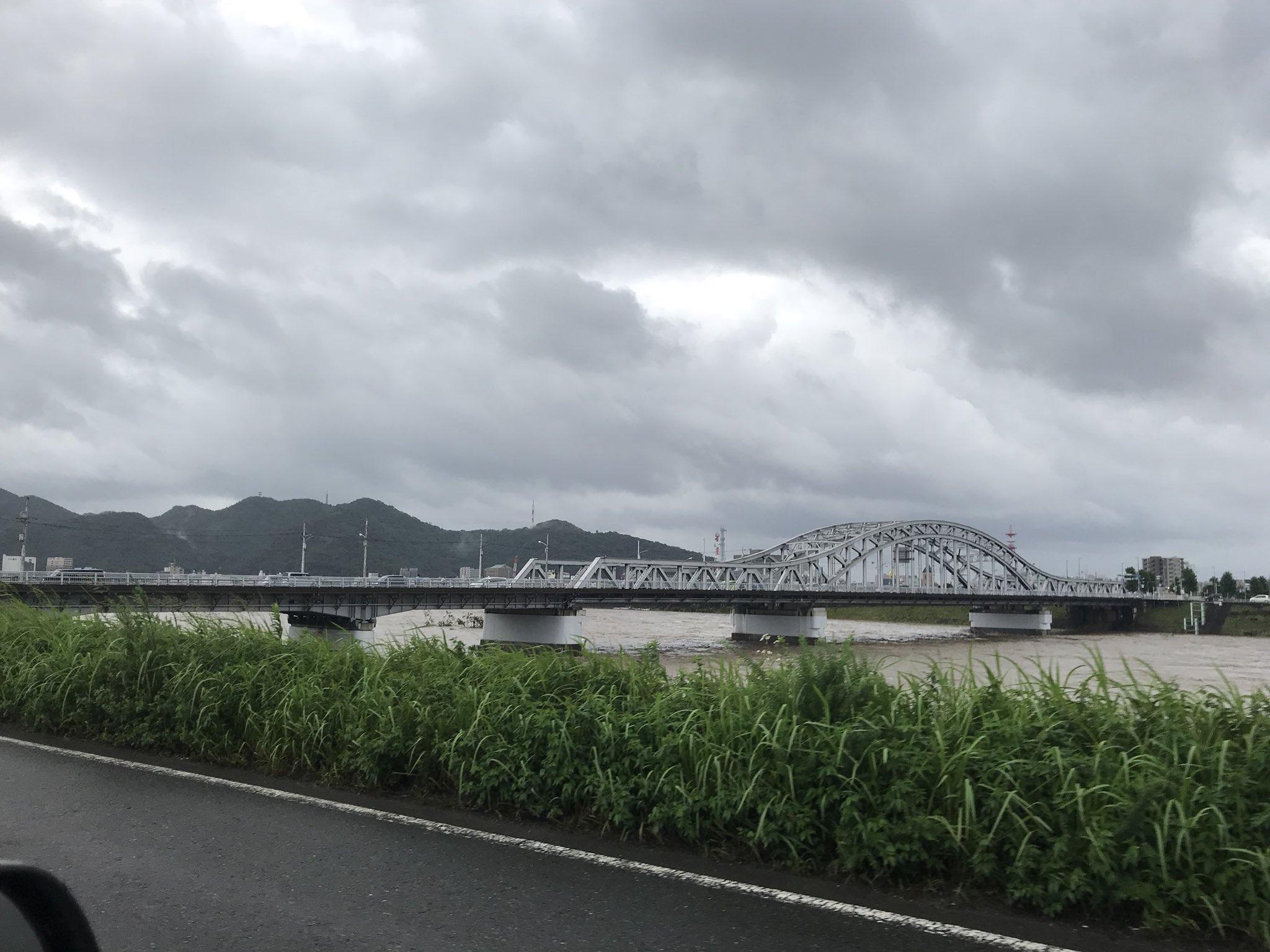画像,岐阜市内、長良川の状況。忠節橋、金華橋、長良橋。水位が高く、消防団の方々も待機してみえる状況です。早く雨が収まって欲しい https://t.co/lCbqxS…