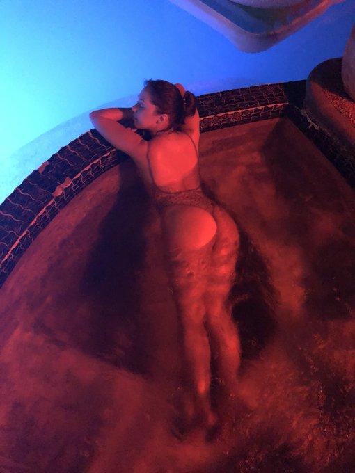 Chillin on this hot night @rileyreidx3's birthday party 🔥 https://t.co/Q4EBrP6JAT