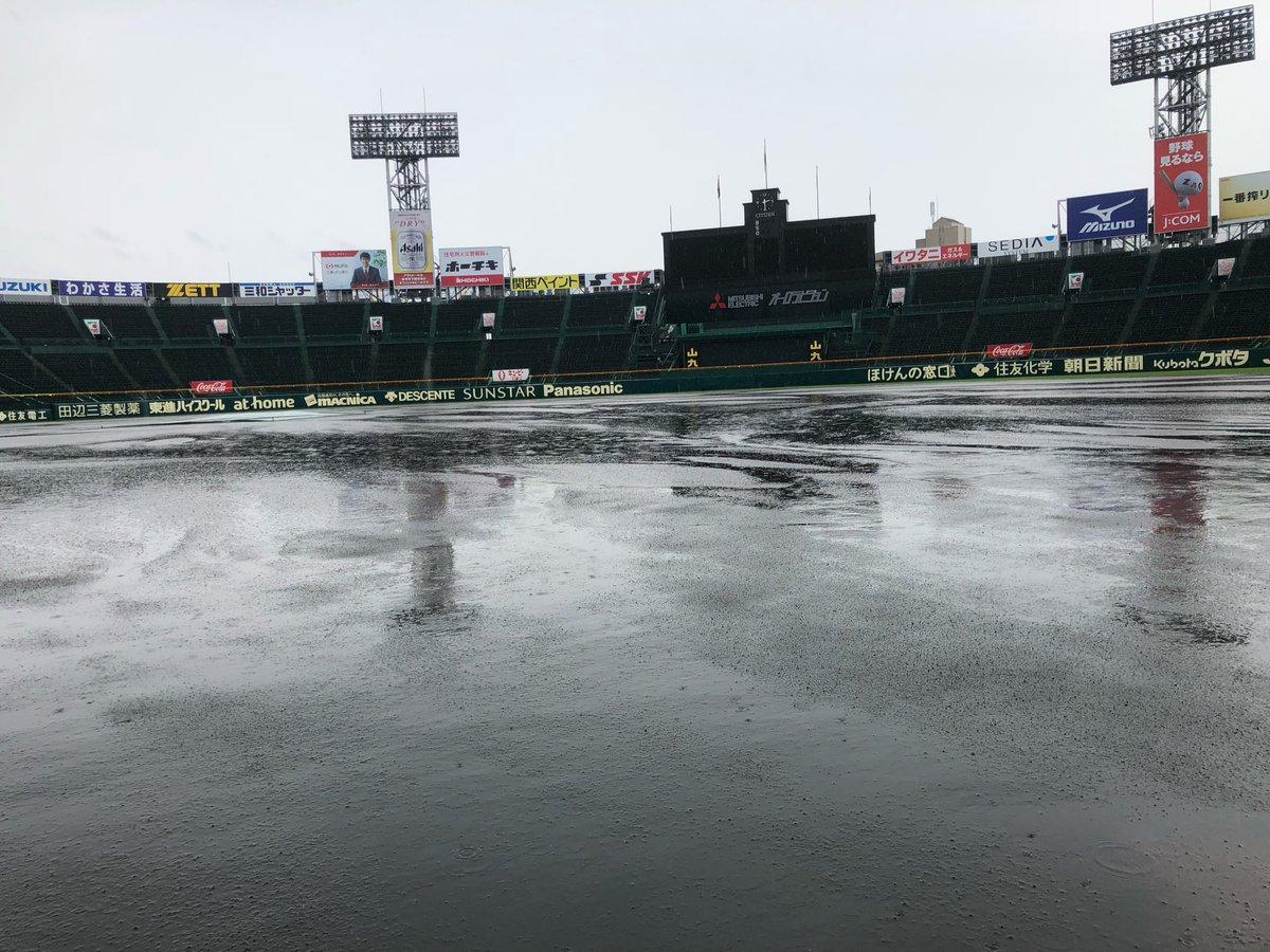 豪雨の影響により、昨日までグラウンドは水で溢れかえっていましたが、本日の朝から阪神園芸さんがグラウンド整備を行いお昼過ぎには元どおりに・・・!これぞ職人技です。#甲子園 #阪神園芸 さん #職人技