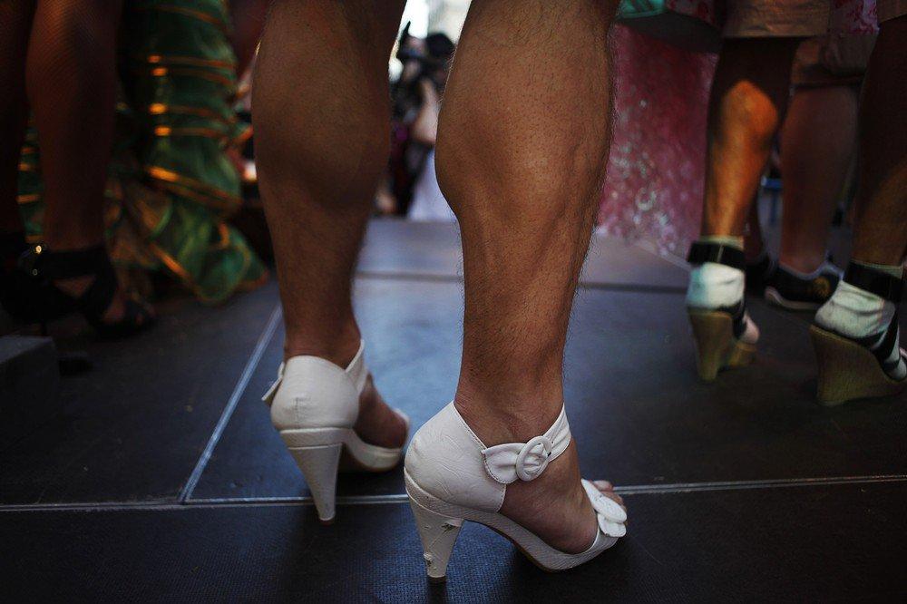 мир фото приколы мужики на каблуках примету