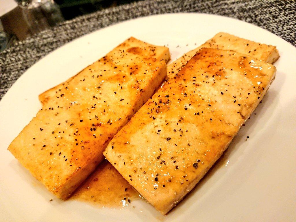 この前ツイッターで見かけた豆腐ステーキ作ってみた。醤油酒みりん→めんつゆ、味の素→ほんだしで代用したけど、めっちゃ旨いな。いくらでも食えそう。