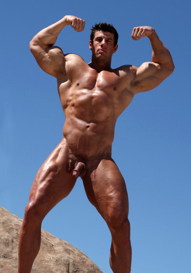 topless-bodybuilder-male-naked-leone-playing-hot