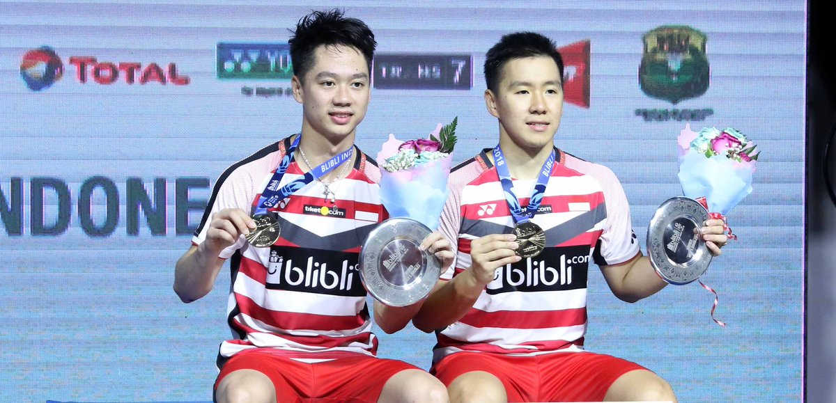 Kevin Sanjaya Sukamuljo (kiri) dan Marcus Fernaldi Gideon foto usai menerima medali dan hadiah juara Indonesia Open 2018, 8 Juli 2018.
