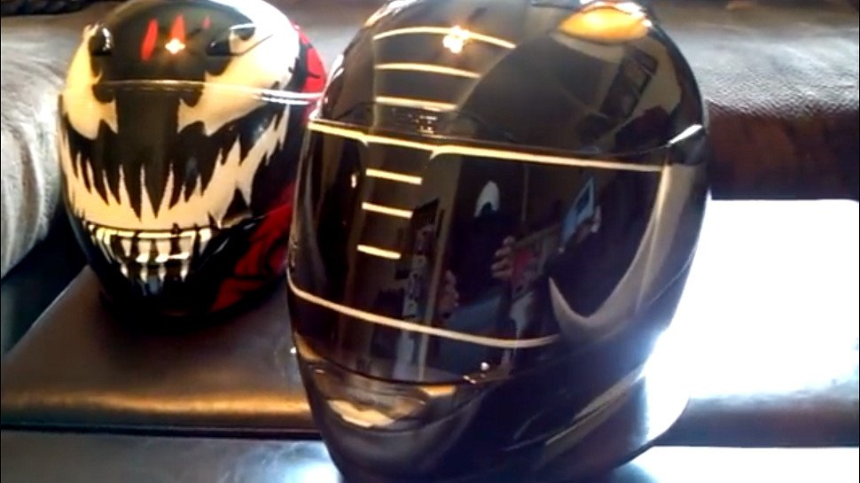 These pop-culture motorcycle helmets are awesome: https://t.co/6c2sAYuPGZ #WonderWoman #Deadpool #PowerRangers https://t.co/Yc9fjq2AfF
