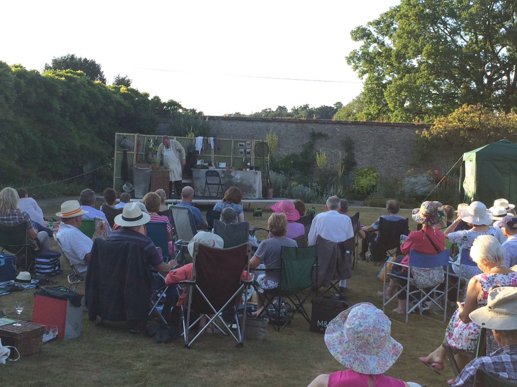 RT @oldherbaceous Old Herbaceous as the sun goes down @LoseleyPark @oldherbaceous . Lovely setting .. perfect venue . @AndrewDBrewis a nice healthy audience too