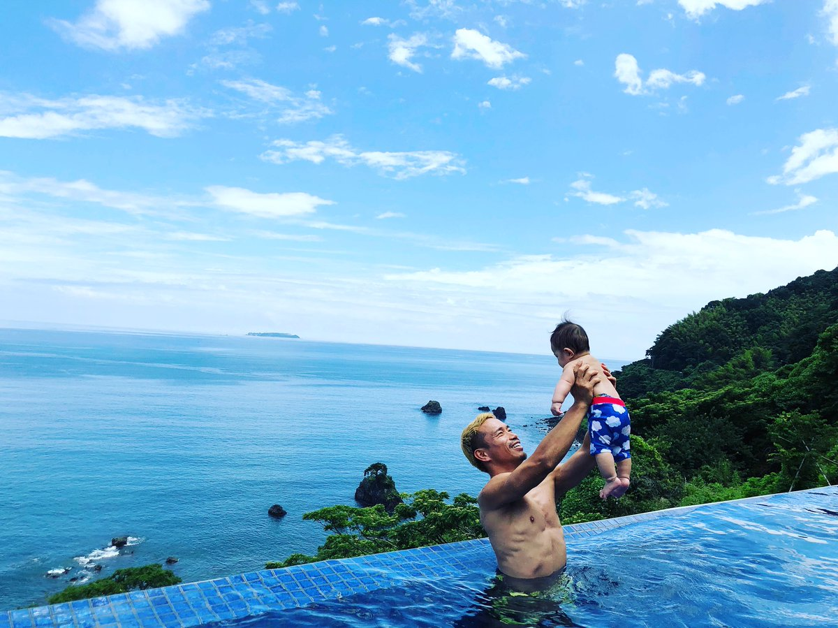プールデビュー✨ W杯の緊張感から解き放たれ、家族に心ゆるゆるにしてもらってます。笑 @harikiri_tairi #pool #baby