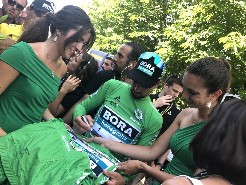 RT si tu veux gagner le #MaillotVertSKODA dédicacé par @petosagan !   #ŠKODAWeLoveCycling